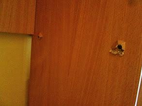 Photo: Häät tulossa. Hääbändi ei välitä toisten omaisuudesta. Rikkoivat kirjahyllyn. Eihän se ole oma, niin ei väliä.