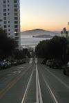 So kennt man die Straßen von San Francisco aus dem TV, oder? Im Hintergrund ist Alcatraz.