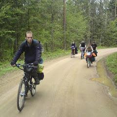 4.Jedziemy!  Drogi, które wiodły nas przez podlaskie lasy były niezwykle zróżnicowane, od piaszczystych ścieżek leśnych po gładkie asfaltowe odcinki, lecz wszędzie otaczały nas piękne krajobrazy. Napędzanie naszych pojazdów wiązało się z dużym zapotrzebowaniem energii... Na szczęście mieliśmy sporo zapasów w pozimowej tkance tłuszczowej, ponadto zabraliśmy spore ilości tabliczek czekolady. Dzięki temu nie straszne nam były piaski, błota i deszcze!