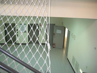 下樓梯往右走到底