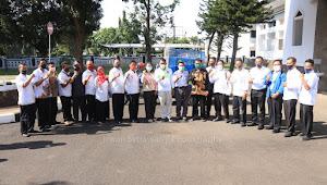 Bupati Subang H. Ruhimat, S.Pd., M.Si Berikan Simbolis Pada 15 Desa Kategori Terbaik Pengelolaan Sampah