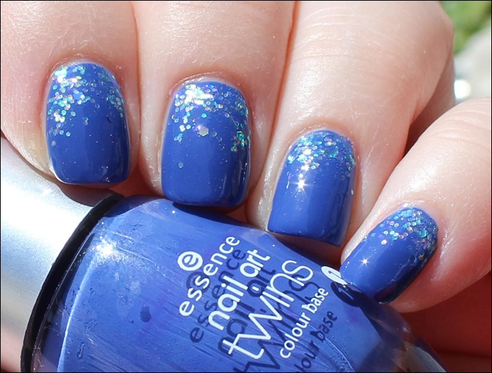 Nail Art Pool Party Blau Glitzer Wasser Sommer Nageldesign 01