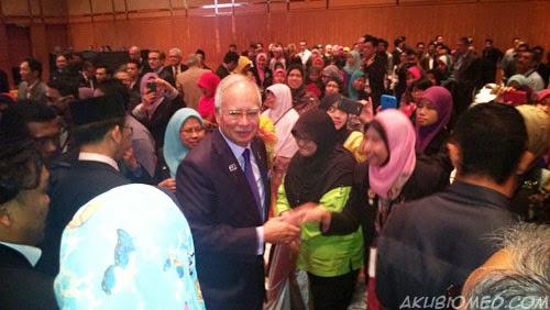 PM bersalaman dengan peserta persidangan