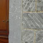2 - Montant ciselé et mur en pierre de taille striée