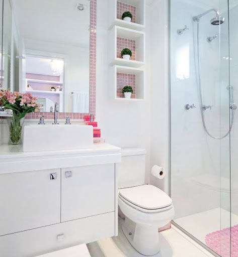 Decoração do banheiro com detalhes rosa