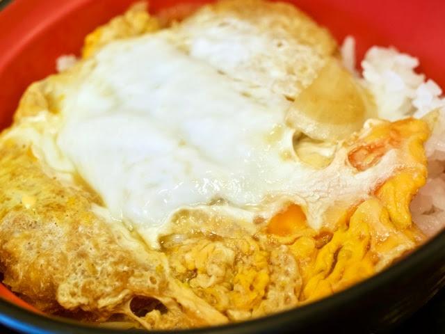 白と黄色の卵が乗ったカツ丼