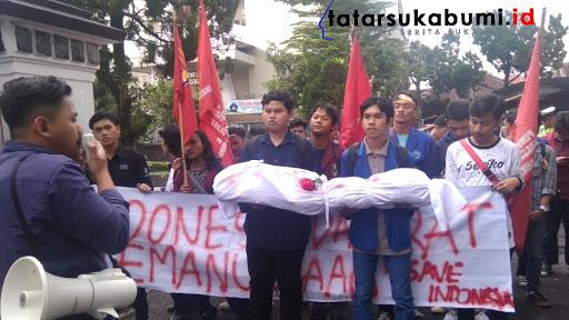 Didemo Mahasiswa Gedung DPRD Sukabumi Kosong Tanpa Dewan