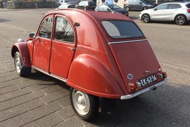 Citroën 1961 2 CV rouge pavot