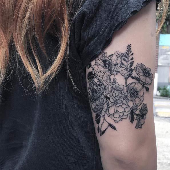 este_blackwork_de_volta_braço_bouquet_floral