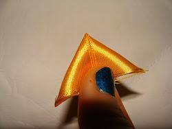 Zanim zacznę upinać wstążki składam je w tak zwany rożek. Tak wygląda rożek z jednej strony (ta strona będzie z tyłu)