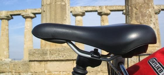 Selle Royal Sattel und Ortlieb Expeditions-Packsack X-Plorer vor dem Hera-Tempel in Metaponto, Basilikata, Italien