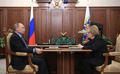 Vladimir Putin with Healthcare Minister Veronika Skvortsova.