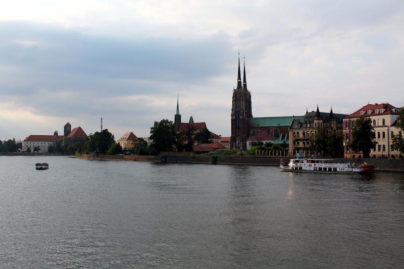Vistas de Catedral de San Juan Bautista desde el puente Pokoju