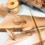 7. Materiały użyte do wykonania muchy – lotki kaczki, kuropatwa, szyjne pióro koguta, dubbing z siersci zająca, perłowa lameta.