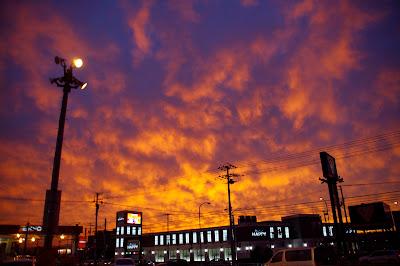 台風が訪れる前日 広い空を真っ赤に染めた 燃え上がるような夕陽
