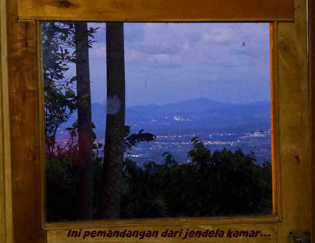 Pemandangan dari balik jendela kamar
