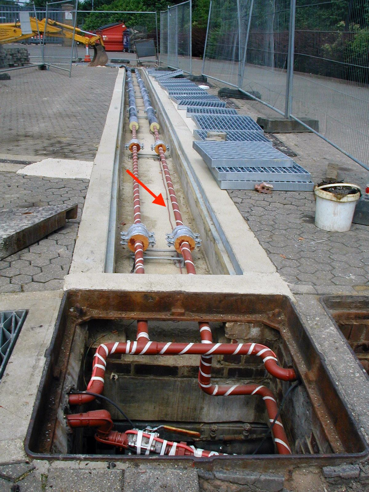 Przewód sensorowy TraceTek TT5000 zainstalowany w betonowym wykopie w sąsiedztwie rur do oleju napędowego prowadzących z zewnętrznego naziemnego zbiornika magazynowego zapewnia wczesne ostrzeżenie, aby ostrzec właściciela o niewielkim wycieku paliwa, zanim stanie się on zagrożeniem dla środowiska lub bezpieczeństwa