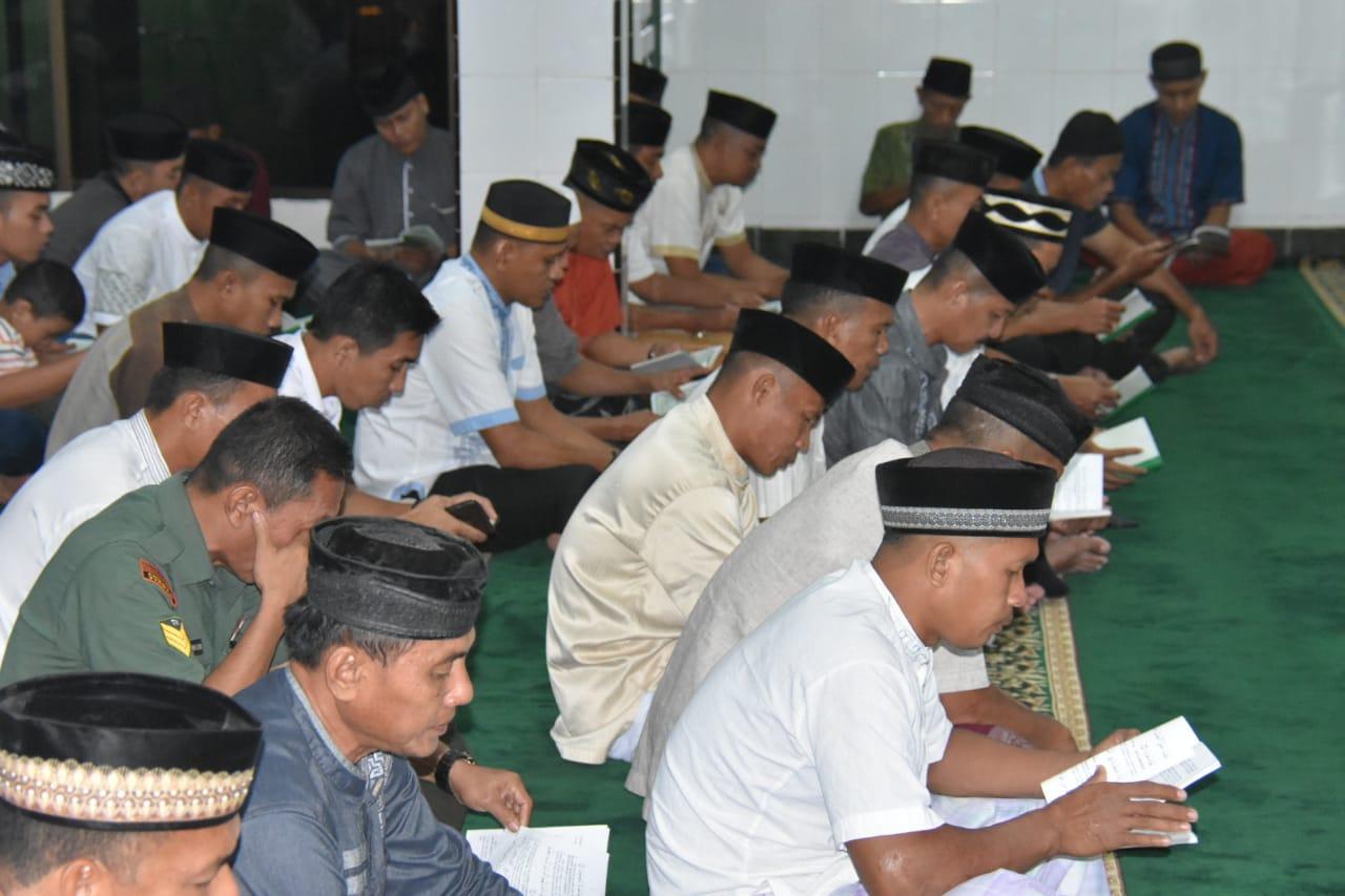Prajurit Korem 141/Tp Bersama Istri Kompak Ikuti Yasinan, Tausiah dan Doa Bersama