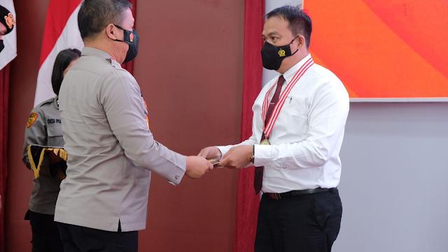 Kapolda Riau beri penghargaan 5 personil yang berhasil ungkap tindak pidana Bank Riau Kepri