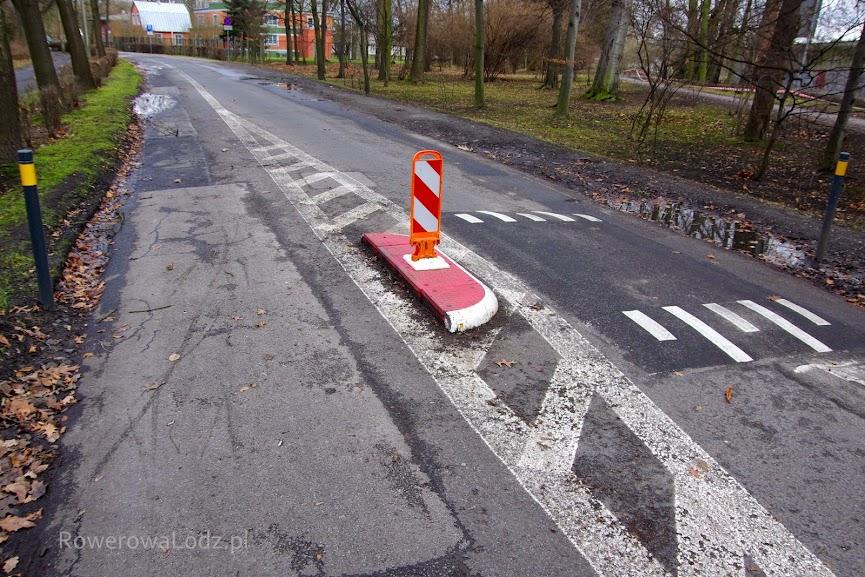 Po lewej kontrapas rowerowy, po prawej wspólny pas do jazdy w przeciwnym kierunku.