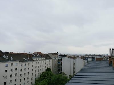 """Das aktuelle Wetter in Wien Favoriten am 21.05.2015  Trüb, kühl und zeitweise feucht präsentiert sich das Wetter heute in Favoriten. Seit gestern ist die Temperatur von knapp 21 Grad auf einen Minimumwert von 9.3°C um 4 Uhr gesunken und """"wärmer"""" als 15 Grad wird es heute nicht. Dazu ist am Vormittag noch mit dem einen oder anderen Regenschauer zu rechnen. Ab dem Nachmittag sollte es aber dann trocken bleiben. #wetter #wien #favoriten  #wetterwerte"""