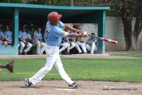 Jesús Mario Hernández bateando por Cerveceros en el beisbol municipal