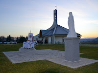 05 Kivonulás a Világ Győzelmes Királynője szobrához .JPG