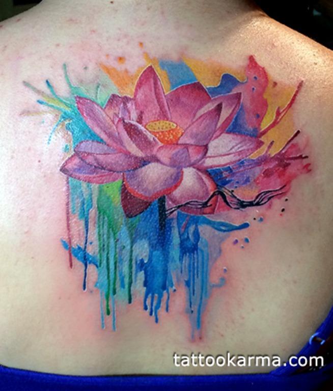 cor-de-rosa_lotus_com_pingos_de_cor_de_fundo_da_parte_superior_das_costas_tatuagem