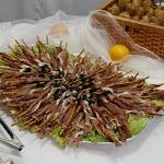 Tyčinky zapečené se sezamovým semínkem, prosciutto, švestka