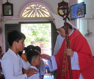 Đức cha thăm mục vụ và ban Bí tích Thêm sức tại Giáo xứ Đồng Đinh