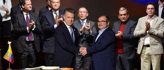 Los asistentes al Teatro Colón tributaron una ovación luego de la firma del Nuevo Acuerdo de Paz por parte del Presidente Juan Manuel Santos y el máximo líder de las Farc, Rodrigo Londoño .