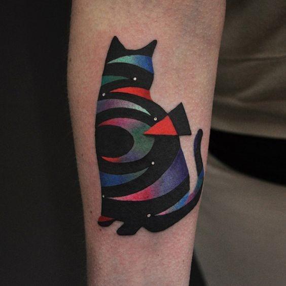 listras_coloridas_gato_preto_braço_de_tatuagem
