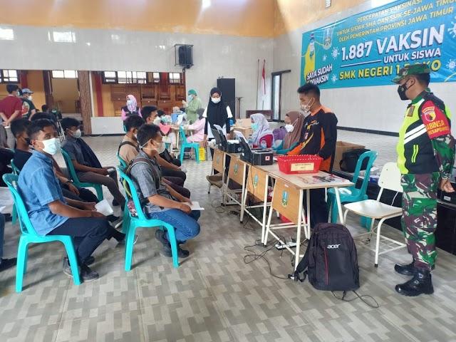 Babinsa Koramil Tipe B 0808/13, Dampingi Kegiatan Serbuan Vaksinasi Di Wilayah Binaannya
