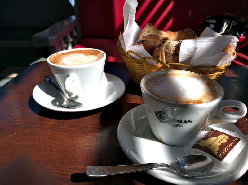 Pauza de cafea (si croissante) de la ora 10, cafea italiana buna si ieftina.