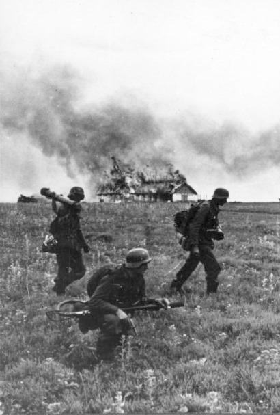 Bundesarchiv_Bild_146-1974-099-19,_Russland,_Angriff_auf_ein_Dorf