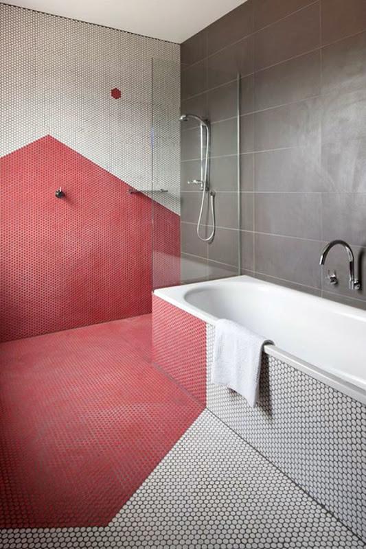 bagno_con_mosaico_geometrico_rosso_geranio