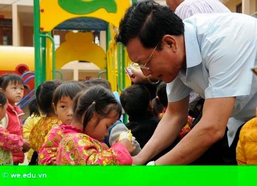 Hình 1: Bộ trưởng Giáo dục đối thoại với học sinh miền núi