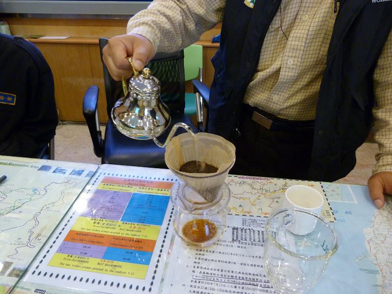Alishan, le patron du visitor center m'offre son café