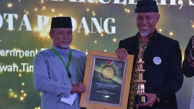 Foto: Ketua Bidang Kajian dan Riset Ikadi Pusat Samson Rahman Menyerahkan Penghargaan Ikadi Award 2020 ke Wako H Mahyeldi.