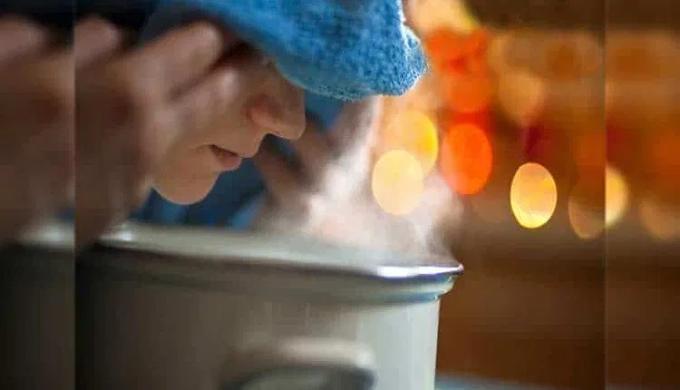 थंड हवामानात सर्दी, खोकला त्रास देत असेल तर घ्या वाफ, जाणून घ्या वाफ घेण्याची योग्य पद्धत