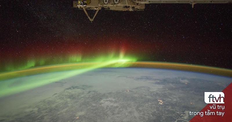 Cực quang và Miệng hố va chạm Manicouagan từ Trạm Không gian Quốc tế