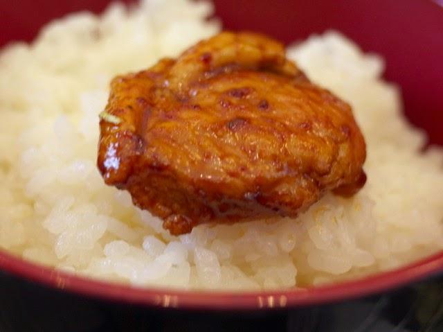 御飯の上にのせた生姜焼き。