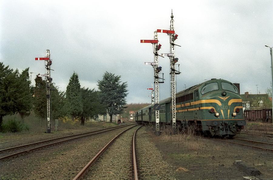 5407 in Quévrain voor de seinen van het driestandenstelsel op 21-03-1992 (foto Axel Vermeulen)