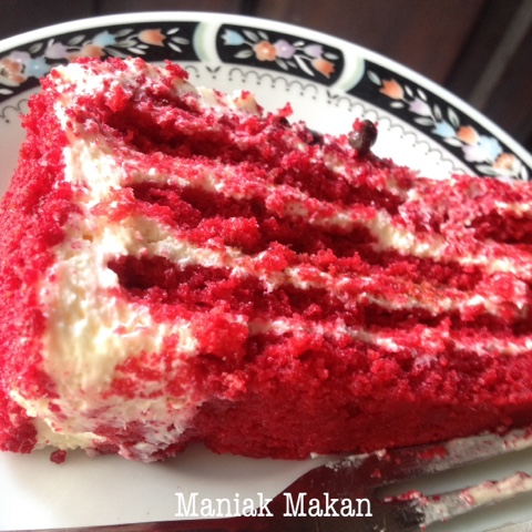 maniak-makan-slice-of-red-velvet-cake-harvest-birthday-cake