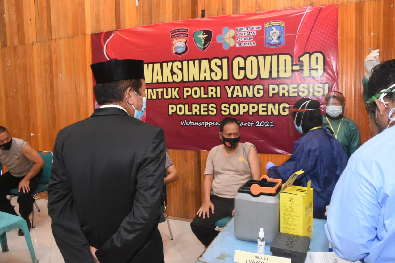 Bupati Soppeng Pantau Langsung Personil Polres Soppeng Ikuti Vaksinasi Tahap ke 2