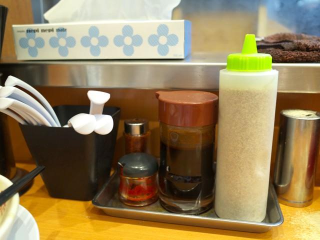 卓上に置かれたゴマなどの追加調味料