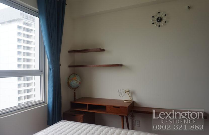 phòng ngủ có cửa kính lớn tại căn hộ Lexington cho thuê