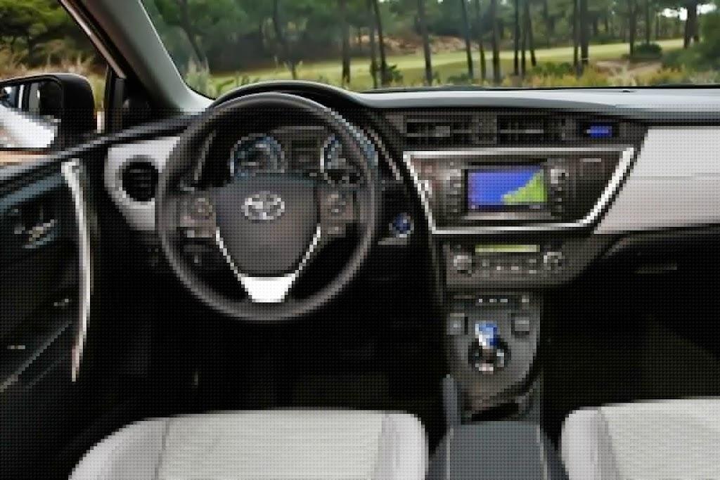 2013-Toyota-Auris-21