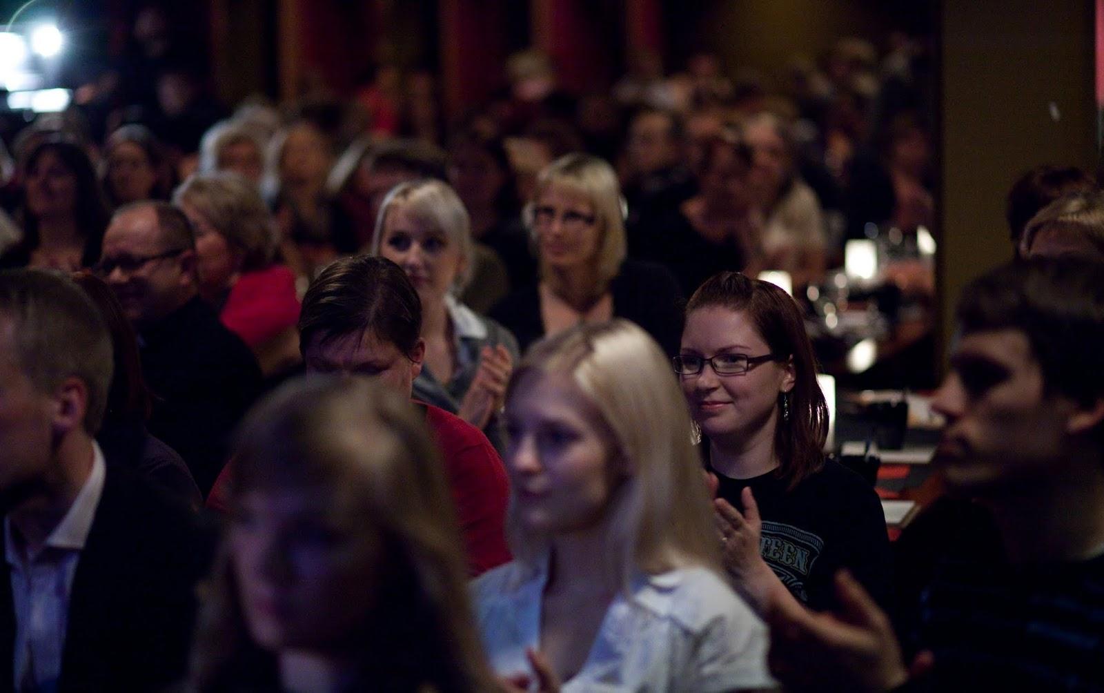 Yleisöllä on lupa nauraa ja itkeä, viihtyä ja vaikuttua - myös samassa illassa.