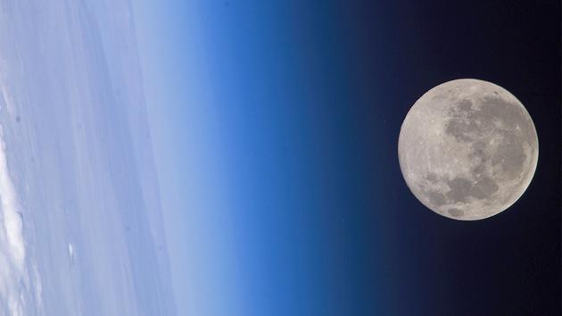 Nghiên cứu mới cho thấy gió Mặt Trời thổi bay oxy từ Trái Đất lên Mặt Trăng